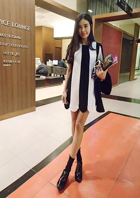 """""""พร้อมส่ง""""เสื้อผ้าแฟชั่นสไตล์เกาหลีราคาถูก Brand Mebao เดรสลายแนวตั้ง ผ้าชีฟองแบบหนา ซิบด้านหลัง ไม่มีซับใน ชายหยัก ด้านหลังสีขาวล้วนไม่มีลาย -สีขาว ดำ"""
