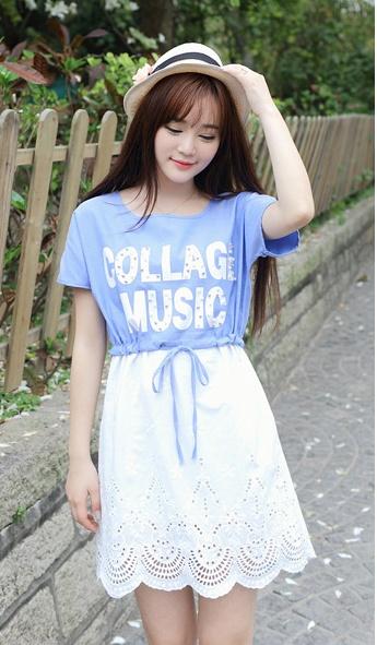 """""""พร้อมส่ง""""เสื้อผ้าแฟชั่นสไตล์เกาหลีราคาถูก เดรสเสื้อสีฟ้าแขนสั้นด้านหน้าสกรีนตัวอักษรแต่งด้วยมุก ต่อกระโปรงลูกไม้สีขาว เอวรูด มีซับใน น่ารักค่ะ"""