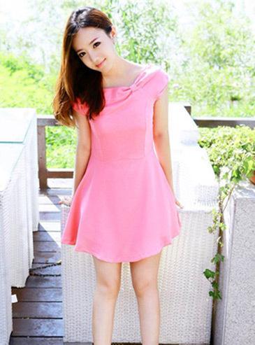 """""""พร้อมส่ง""""เสื้อผ้าแฟชั่นสไตล์เกาหลีราคาถูก Brand Vivi Party เดรสสีชมพู คอปาดแต่งเป็นโบว์ แขนกุด ซิปข้าง ผ่าด้านหลังมีซับในสีดำ ติดโบว์ด้านหลัง มีซับใน -size M"""