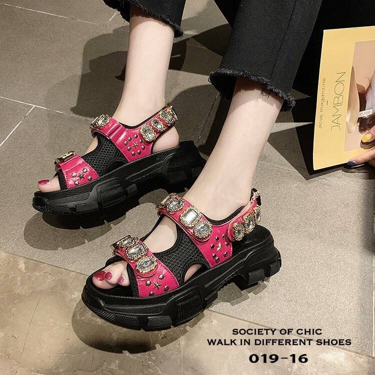 รองเท้าแตะรัดส้น GUCCI Leather and mesh sandal with crystals