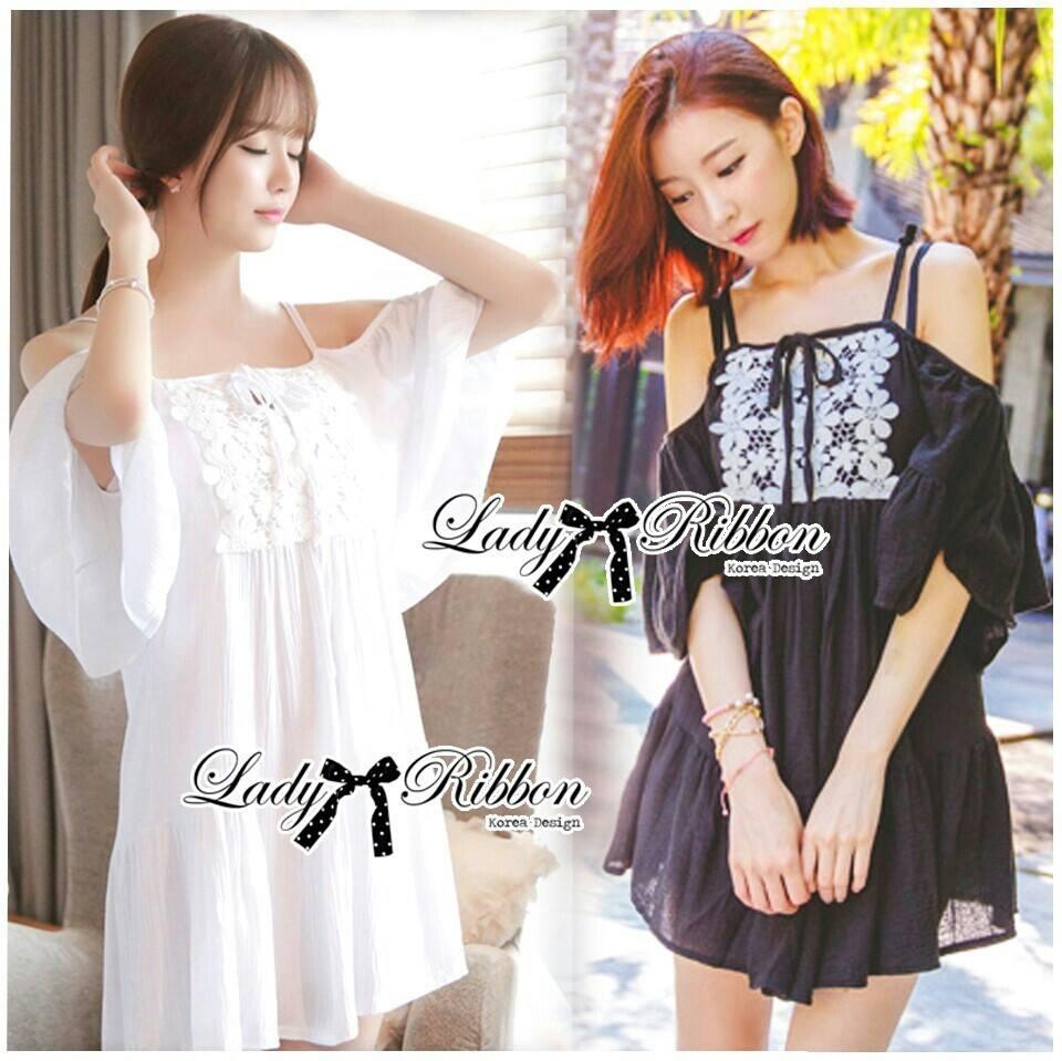 ( พร้อมส่งเสื้อผ้าเกาหลี) เดรสผ้าชีฟองสีขาว/ดำ ประดับดอกไม้สไตล์คลาสสิก ตัวนี้ดูเป็นสาวหวานแอบเซ็กซี่ น่ารักมากๆ ชายกระโปรงตัวนี้ไม่สั้นไม่ยาว สามารถใส่เป็นเดรสสั้นเดี่ยวๆหรือใส่เป็นเสื้อเข้ากับท่อนล่างก็ได้ค่ะ ช่วงไหล่เป็นสายเดี่ยว ตัดต่อมีแขนสั้น เผยไหล