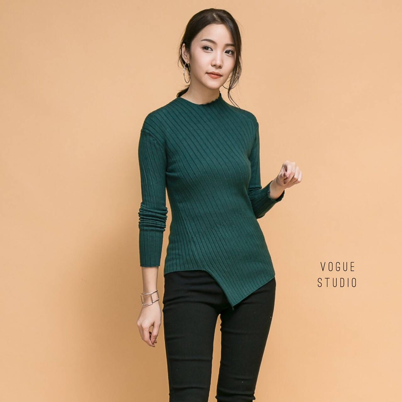 เสื้อผ้าเกาหลีพร้อมส่ง เสื้อไหมพรมแขนยาว แต่ง cutout