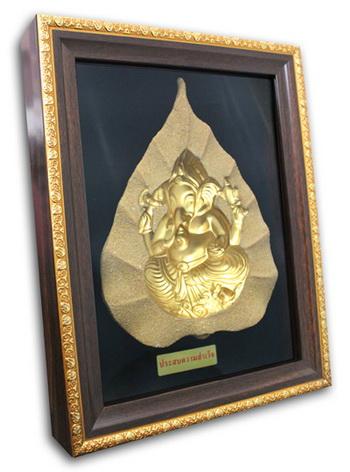พระมองตาม ศิลปะหินทราย พระพิฆเนศ พระหันหน้าได้ ทรายสีทอง ขนาด Size 21x27x5 cm. Price ราคา 1,600 บาท.