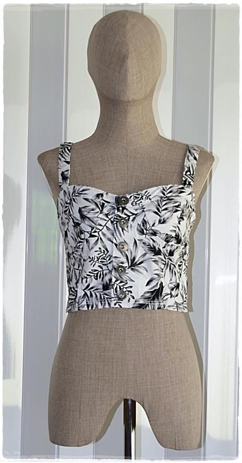 Sold เสื้อสายเดี่ยว ตัวสั้น กระดุมหน้า สม็อคหลัง พิมพ์ลาย สีขาว ดำ
