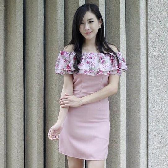 ชุดเดรสเปิดไหล่ สีชมพู ทรงตรงเข้ารูป แต่งระบายลายดอกไม้