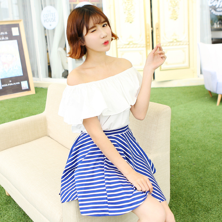 ชุดเซ็ทเข้าชุดน่ารักๆ เสื้อเปิดไหล่สีขาว ผ้าฝ้าย คู่กับ กระโปรงสีน้ำเงิน ลายเส้นสีขาว ยืดหยุ่นได้ดี ลุคสาวหวานแอบเซ็กซี่นิดๆ