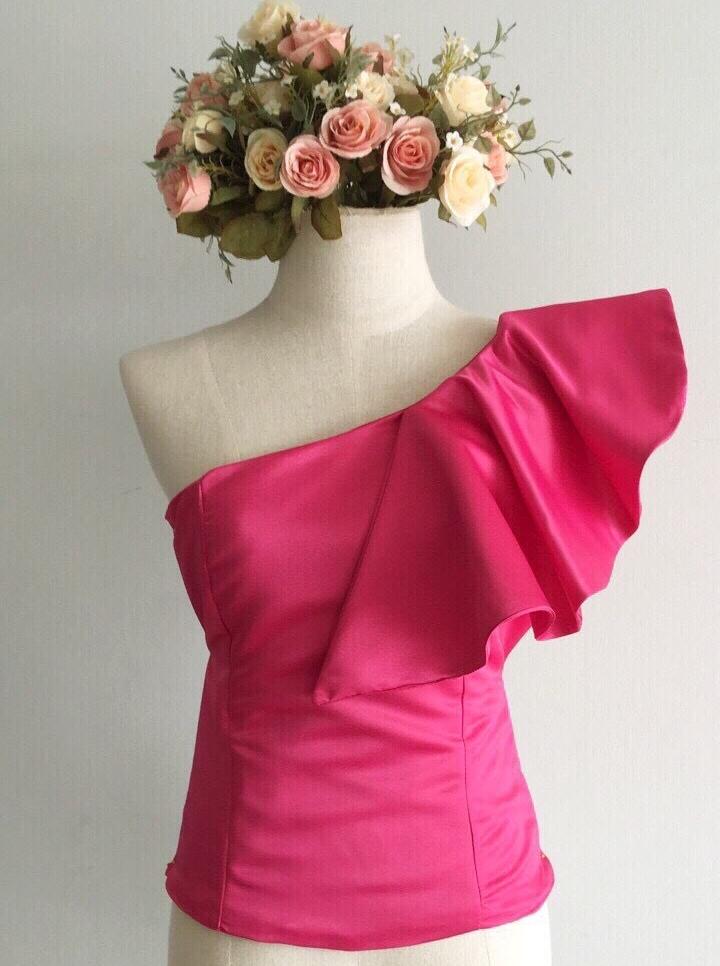 เสื้อออกงานสีชมพูบานเย็น ไหล่เฉียงแต่งระบาย