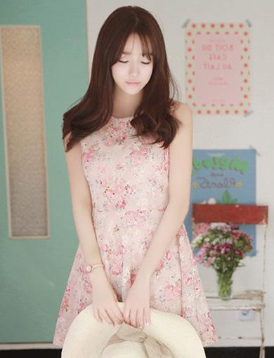 ชุดเดรสสั้นลูกไม้สีชมพูอ่อน ลายดอกไม้ คอกลม แขนกุด เอวเข้ารูป กระโปรงสั้นทรงบาน