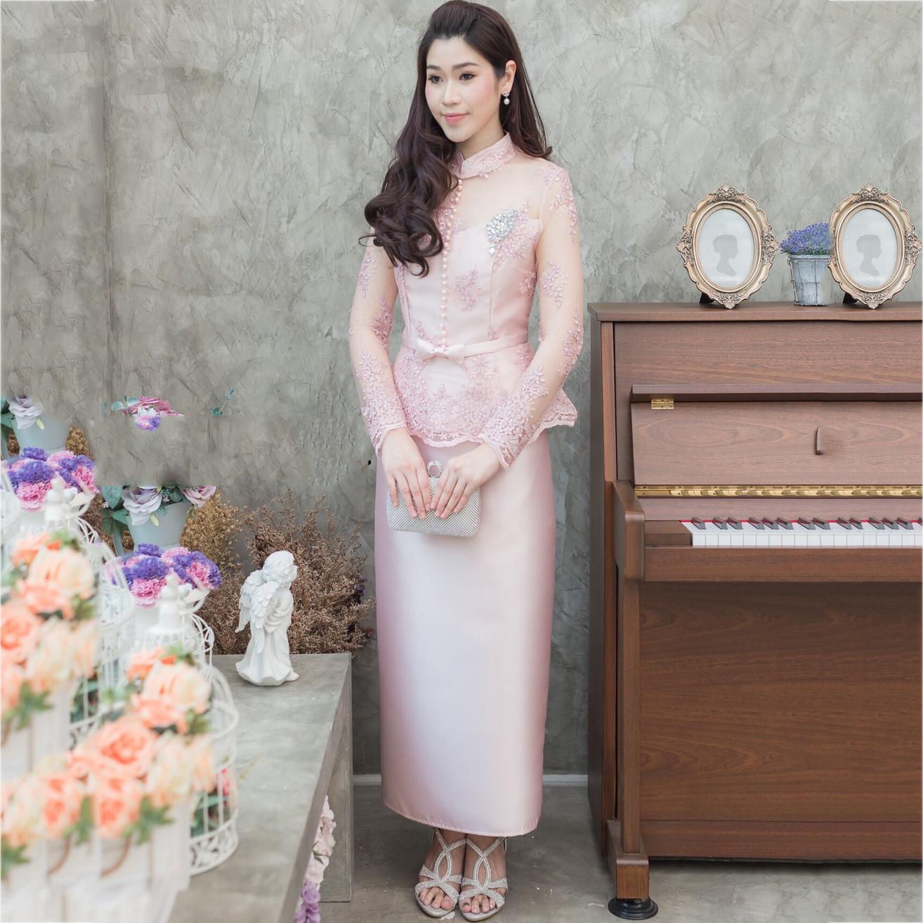 ชุดออกงานกลางวันผู้ใหญ่สีชมพู เซ็ทเสื้อลูกไม้คอจีนแขนยาว + กระโปรงยาว