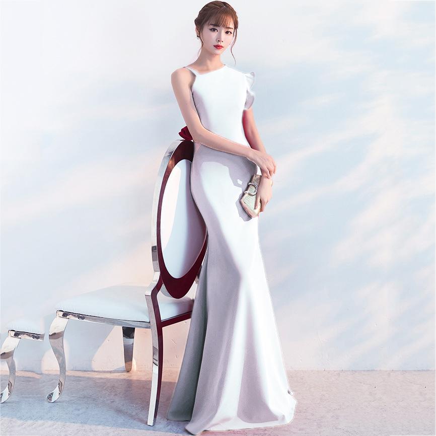 ชุดราตรียาวสีขาว ไหล่เฉียงข้าง สาวๆที่กำลังหาชุดออกงาน / ชุดไปงานแต่งานสไตล์เรียบหรู สวยหรู ดูดี