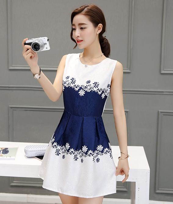 ชุดเดรสสั้นสีน้ำเงิน ขาว ลายดอกไม้ แขนกุด สไตล์เกาหลี สวยๆ น่ารัก