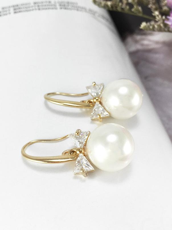Pearly Ribbon Earring ต่างหูแฟชั่นเกาหลี ตุ้มหูห้อยมุก สีทอง เพชร CZ รูปโบว์ พร้อมส่งค่ะ