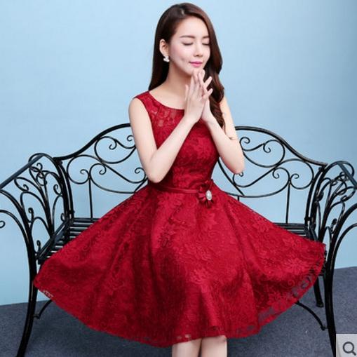 ชุดเดรสออกงานสีแดง ผ้าลูกไม้เกรดพรีเมี่ยม คอกลม แขนกุด เอวแต่งดอกไม้ ลุคสวยหวานสไตล์เจ้าหญิง ใส่เป็นชุดออกงาน ชุดไปงานแต่งงาน