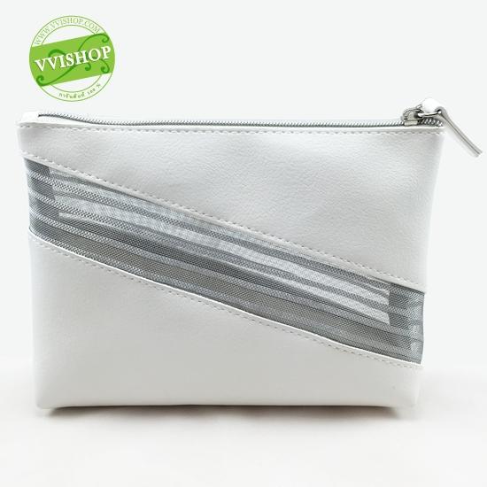 Estee Bag กระเป๋าเครื่องสำอาง หนังนุ่ม สีขาว คาดกลางเล่นลายฉลุโปรง ด้วยอลูมิเนียมสีเงิน ดูหรูหรา