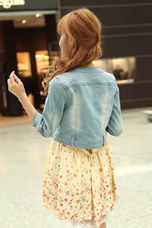 เสื้อแจ็คเก็ตยีนส์ผู้หญิง สียีนส์ซีด แขนสี่ส่วน คอจีน ตัวสั้น ดีเทลกระเป๋าน้อยด้านหน้า