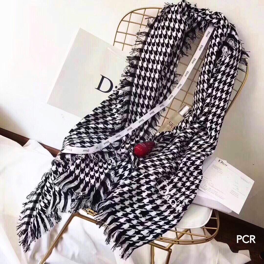 หน้าหนาวกำลังเข้ามา ห้ามพลาด!!Limited Dior Scarf ผ้าพันคอหรือผ้าคลุมไหล่ทอลายชิโนริแต่งขอบพู่ ดีเทลเนื้อผ้าสำลี เนื้อหนานุ่มทอแน่นน่าสัมผัส