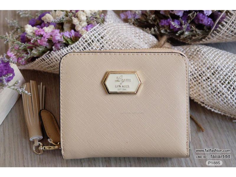 กระเป๋าสตางค์ผู้หญิงใบสั้น 2พับ หนังPU-saffiano แต่งป้ายโลโก้สไตล์ Lyn พร้อมพู่ห้อย