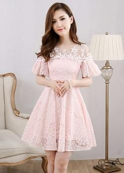 เดรสผ้าลูกไม้เนื้อดี นิ่ม สีชมพู คอเสื้อเป็นผ้าโปร่งซีทรูสีขาว แต่งด้วยดอกไม้ถัก