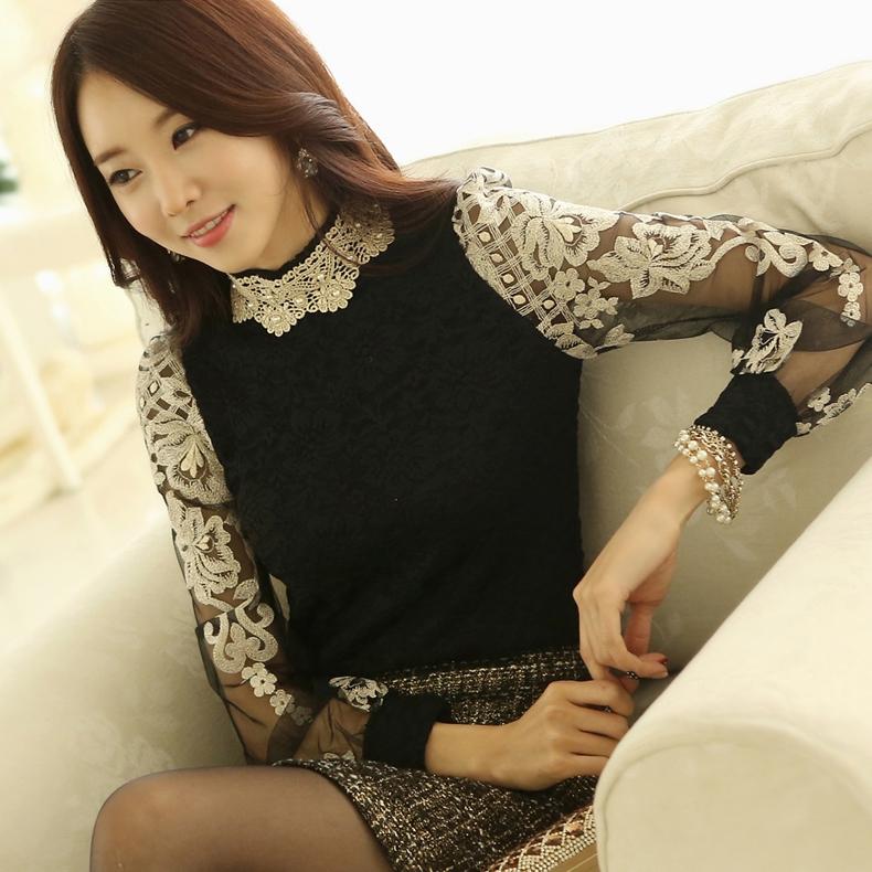 เสื้อผ้าลูกไม้สีดำ แขนยาว แขนเสื้อเป็นผ้าโปร่งปักด้ายสีเหลือบทอง ปักลายดอกไม้