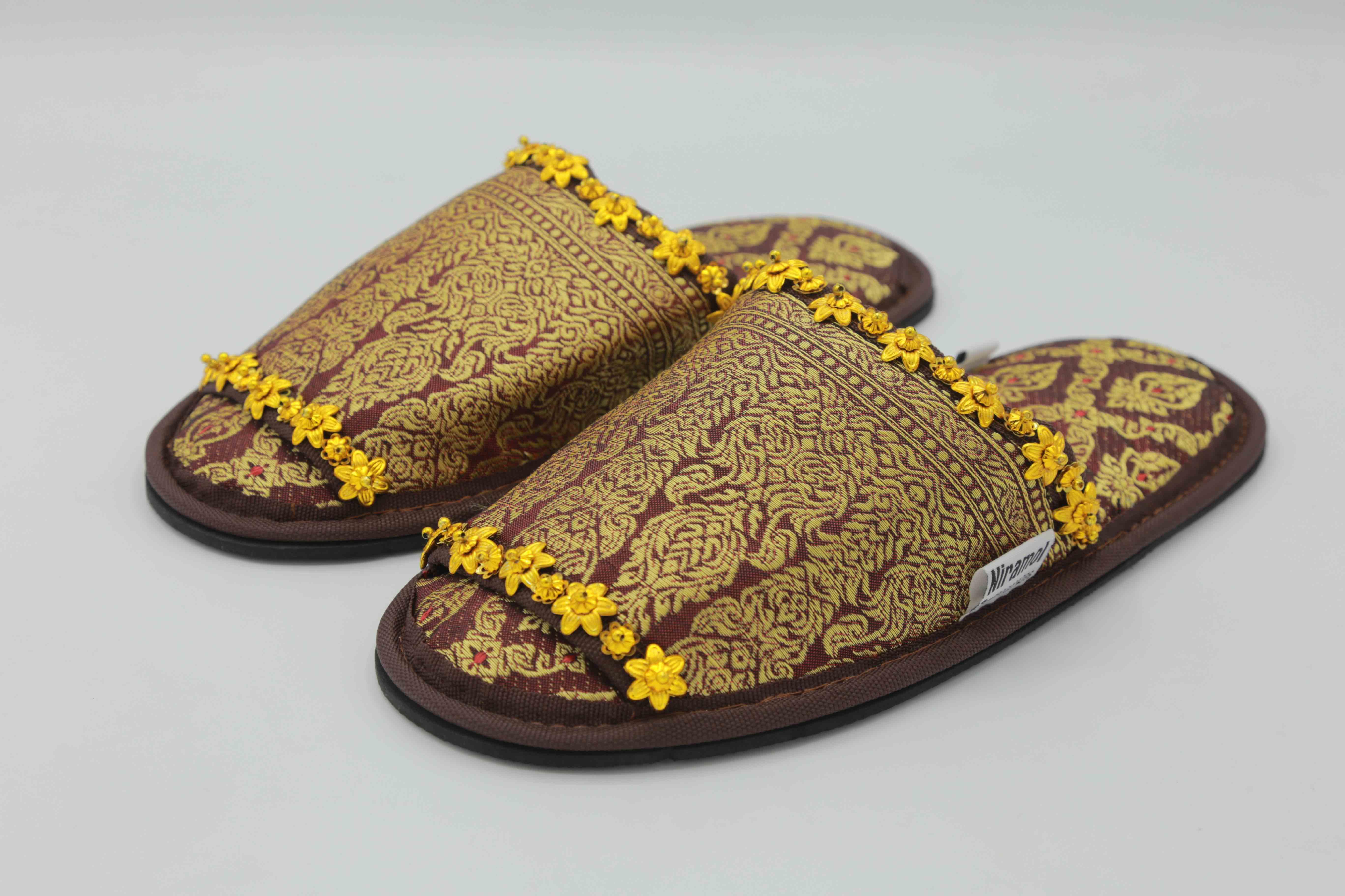 C03037 รองเท้าผ้าไทย นิระมล