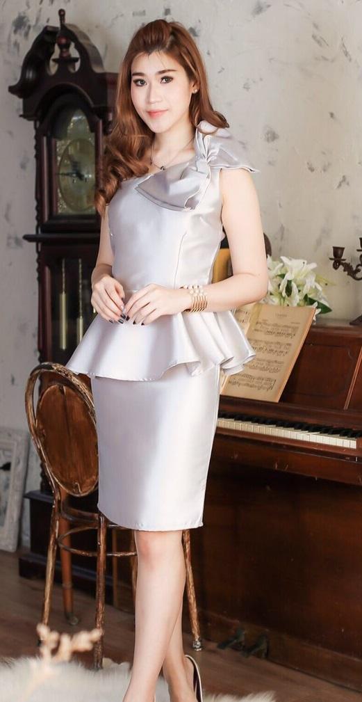 (Size M,L) ชุดไปงานแต่งงาน ชุดไปงานแต่ง เดรสผ้าไหมบ่าเฉียงสีเทาควันบุหรี่ กระโปรงทรงสอบ ดีเทลที่บ่านำผ้าไหมมาแต่งเป็นโบว์ และที่เอวแต่งเป็นชายระบาย
