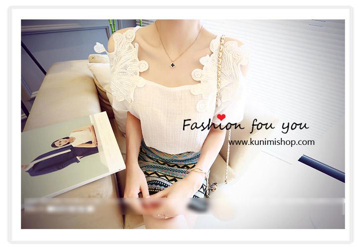 เสื้อแขนสั้น สีขาว ช่วงแขวผ้าลายดอกไม้ ไหล่เว้า สวยมากคะ ผ้าชีฟอง ใส่สบาย Size : Free Size ผ้า : ผ้าชีฟอง