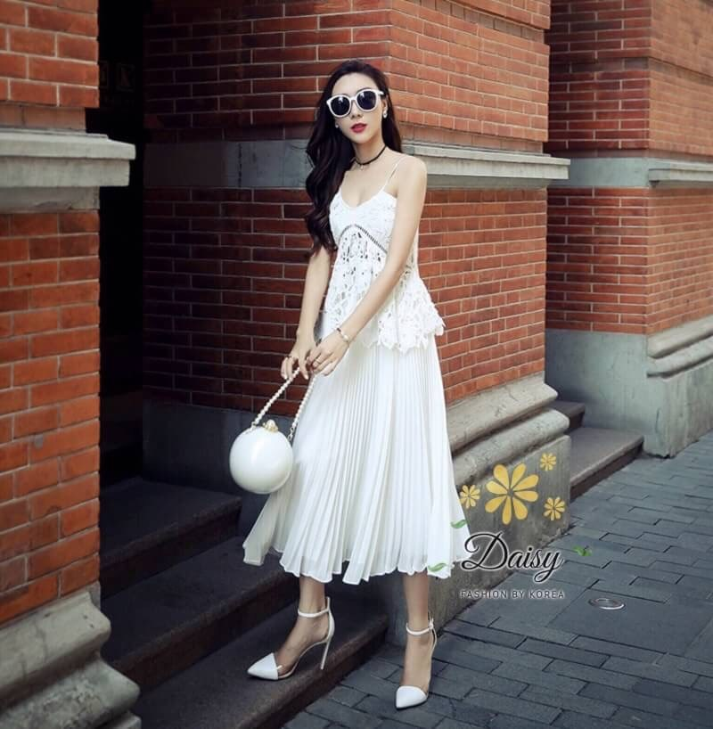ชุดเซท สีขาว เสื้อ+กระโปรงอัดพรีท ผ้าลูกไม้เนื้อดี หนาสวย ทอสวยแน่น ลูกไม้ลายสวย เสื้อแบบปรับสายได้ค่ะ