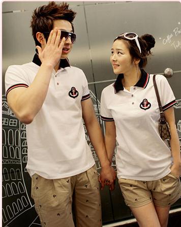 Pre Order ชุดคู่รักแฟชั่นเกาหลี เสื้อโปโลแขนสั้นสีขาว ดีไซน์แต่งขอบ ปักลายสมอ