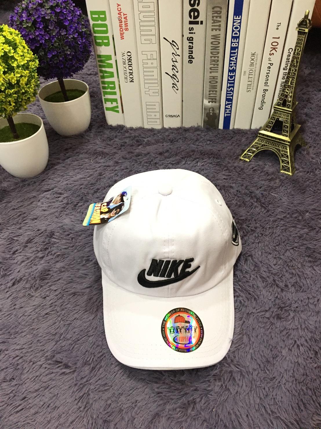 **พร้อมส่ง** หมวกแก๊ปแฟชั่น ปักลาย NIKE ตัวอักษร ขาว-ดำ ด้านหลังปรับขนาดได้ มี 3 สี