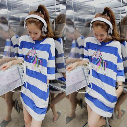 Partysu ++สินค้าพร้อมส่งค่ะ++ เสื้อตัวยาว คอกลม แขนสั้น ผ้า cotton ลายริ้วเนื้อดีมากค่ะ สกรีนด้านหน้ารูปม้าเก๋ มี 2 สีค่ะ – สีน้ำเงิน