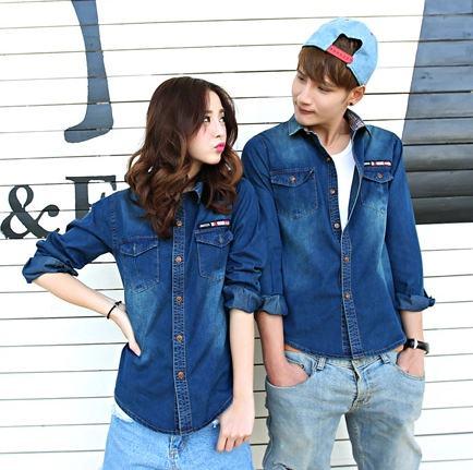 Pre Order เสื้อเชิ้ตยีนส์คู่รักสไตล์เกาหลี แขนยาวคอปก แต่งลายด้านในคอเสื้อ กระเป๋าสองข้าง