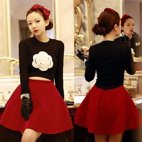 ++สินค้าพร้อมส่งค่ะ++ ชุดเซ็ทเกาหลี เสื้อแขนยาว คอกลม แต่งรูปดอกไม้ด้านหน้า ปลายเสื้อโค้งหน้า+กระโปรงสั้น – สีดำ