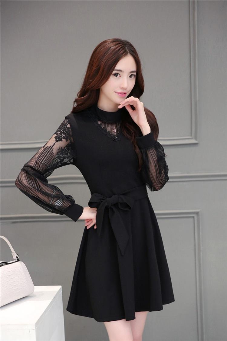 ชุดเดรสสีดำ ตัวชุดเป็นผ้าโพลีเอสเตอร์ผสม แขนเสื้อและคอเสื้อเป็นผ้าลูกไม้เนื้อดี สีดำ
