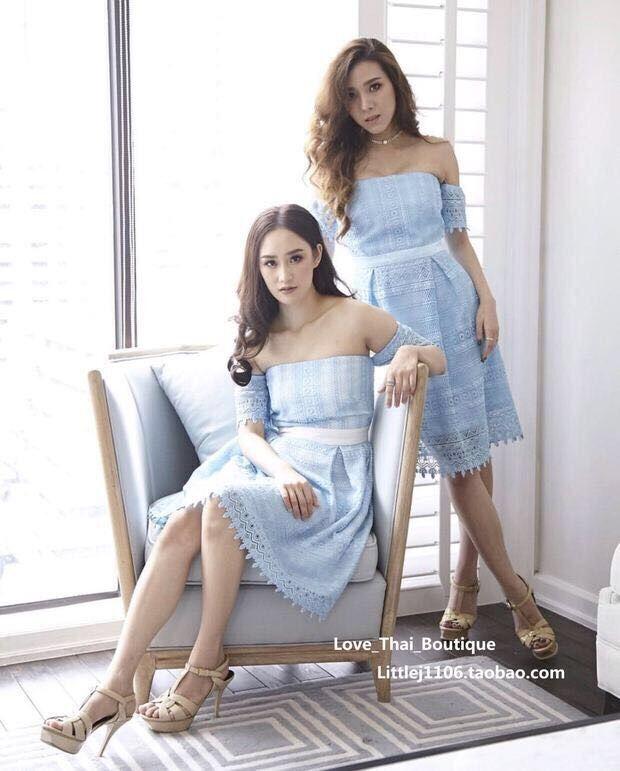 ชุดเดรสสีฟ้า ผ้าถักโครเชต์ดีไซน์เปิดไหล่ ปิดต้นแขน คาดเอวด้วยผ้าซาตินสีขาว
