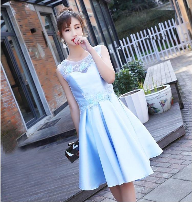 ชุดราตรีสั้น ออกงานสุดหรู ตัวชุดเป็นผ้าไหมสีฟ้า แขนกุด ช่วงไหล่เป็นผ้าโปร่ง