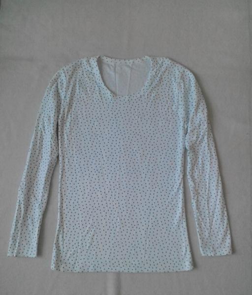 เสื้อยืดแขนยาวสีขาวลายจุดเล็ก