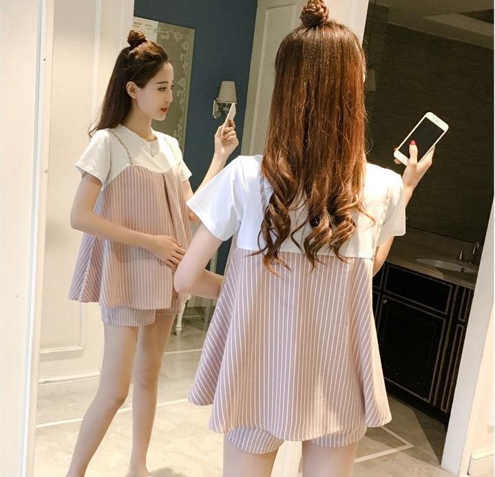 ชุดเซ็ตคลุมท้อง เสื้อยืดสีขาวเย็บต่อกับผ้าชมพูลายเส้นสายเดี่ยว + กางเกงพยุงหน้าท้องลายเส้นสีชมพู เอวปรับระดับได้ตามอายุครรภ์ น่ารักมากๆค่ะ